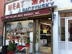 Подготовка к новому году в мясном магазине
